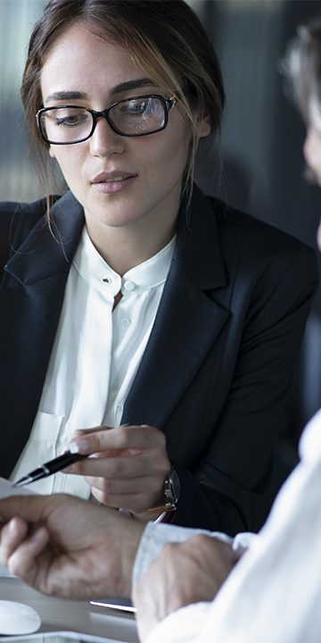 Business_people_discussion_advisor_concept